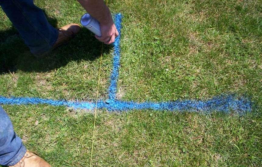 Разметка синей краской мест установки столбов забора
