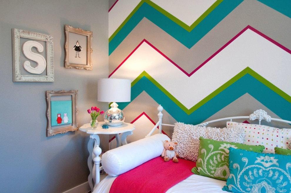 Разноцветная стена за детской кроваткой