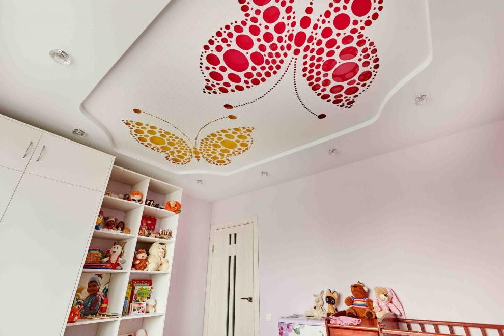 Резной натяжной потолок с красивыми бабочками