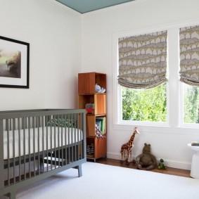 Кроватка серого цвета для младенца