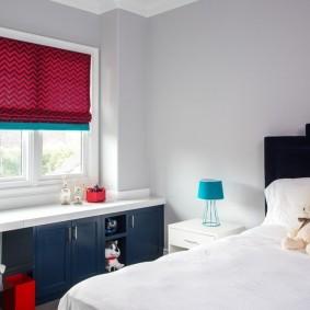 Бардовая штора в белой комнате