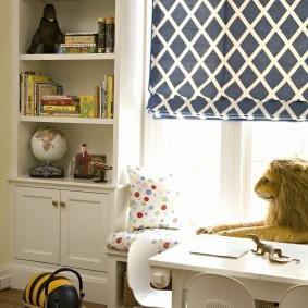 Белый столик в детской комнате