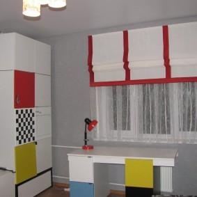 Белая штора с красными полосками