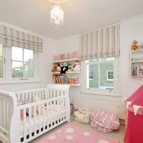 Полосатые шторы в комнате маленького ребенка
