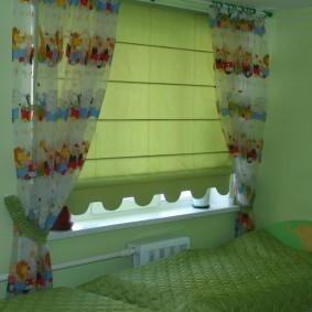Плотная римская штора в спальне девочки