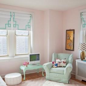 Розовая отделка стен в комнате для девочки