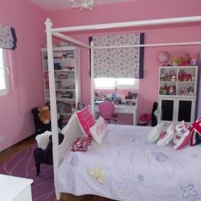 Уютная комната с розовыми стенами