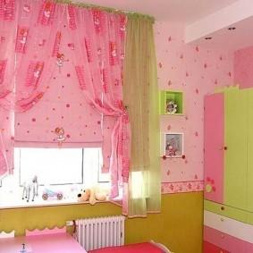 Розовый текстиль на окне в детской