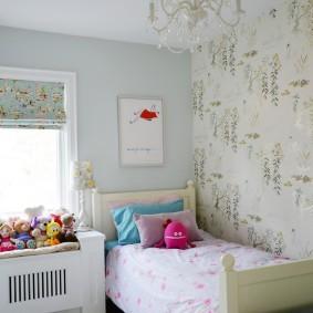 Детская кровать в углу небольшой комнаты
