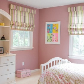 Белый комод в детской комнате