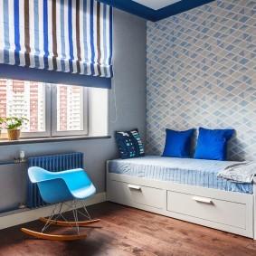 Синие подушки на кровати мальчика