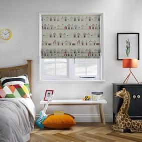 Оформление окна в спальне маленького мальчика