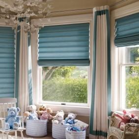 Голубые шторы на окне комнаты в частном доме