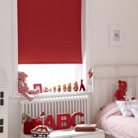 Красная штора на окне детской в квартире