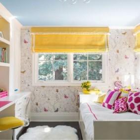 Желтые шторы в светлой комнате