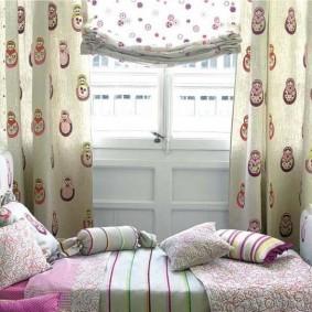 Матрешки на занавесках в детской спальне