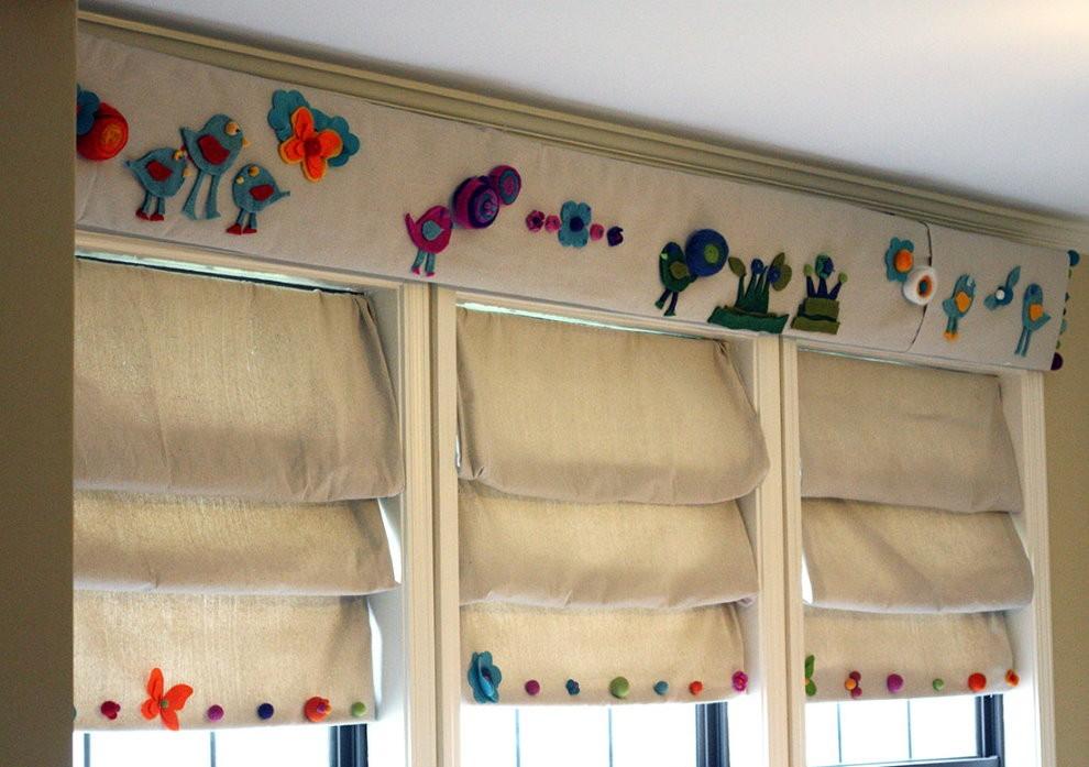 Хлопковые римские шторы на окне детской спальни