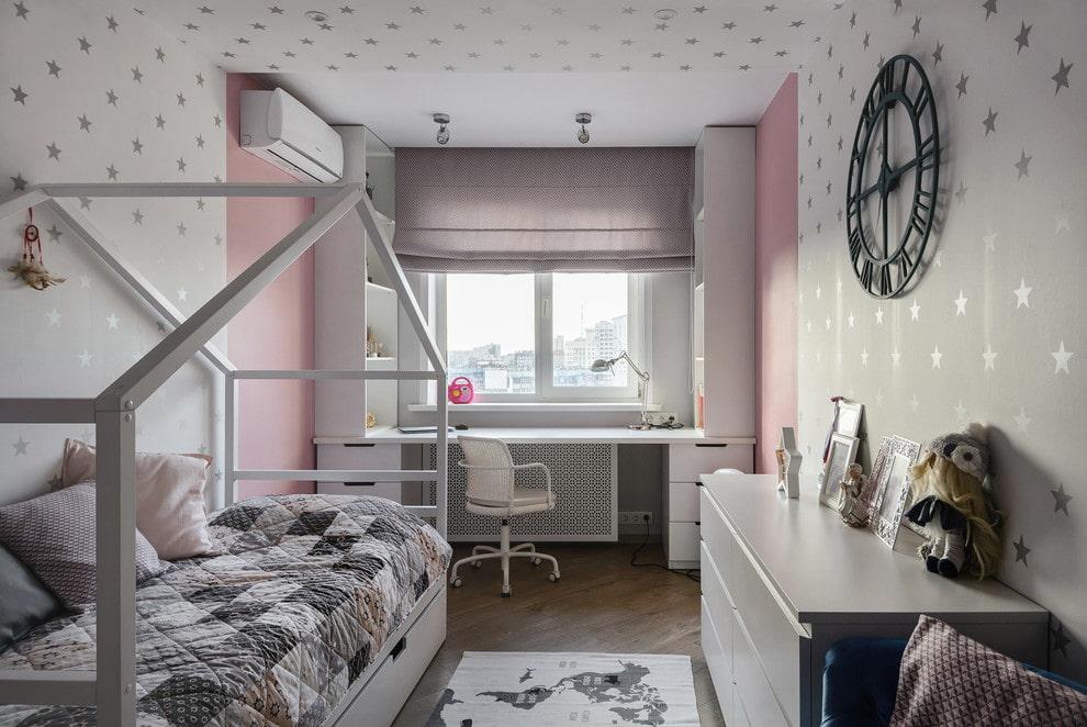 Светло-серые римские шторы в комнате мальчика