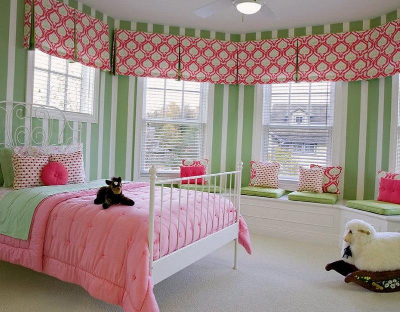 Розовый принт на римских шторах