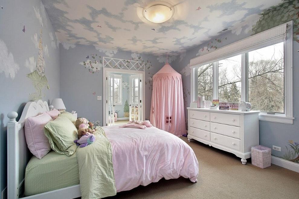 Нарисованные облака на потолке спальни для девочки