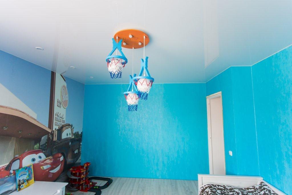 Детский светильник на одноуровневом натяжном потолке