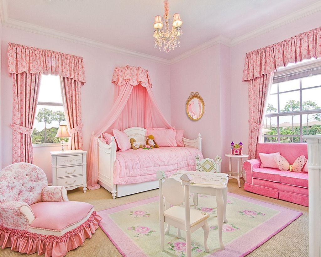 Светлый ковер в комнате для девочек
