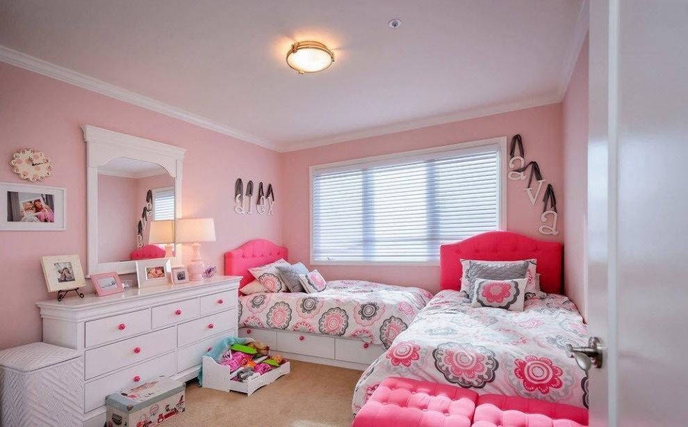 Белый комод в комнате девочек дошкольниц