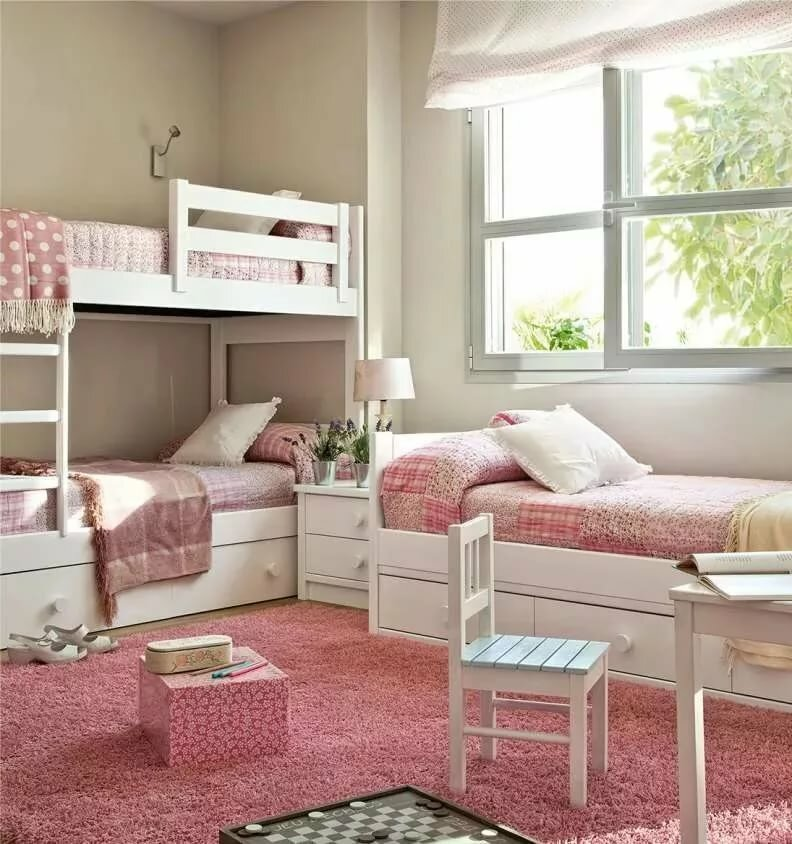 Розовый текстиль на белых детских кроватях