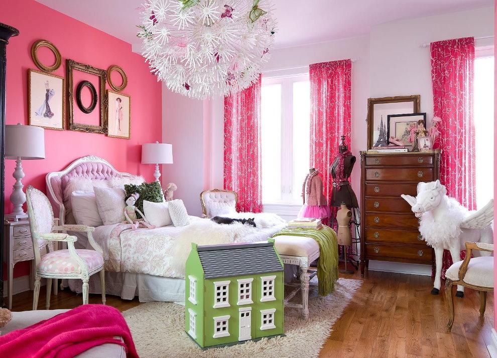 Розовая стена за изголовьем детской кровати