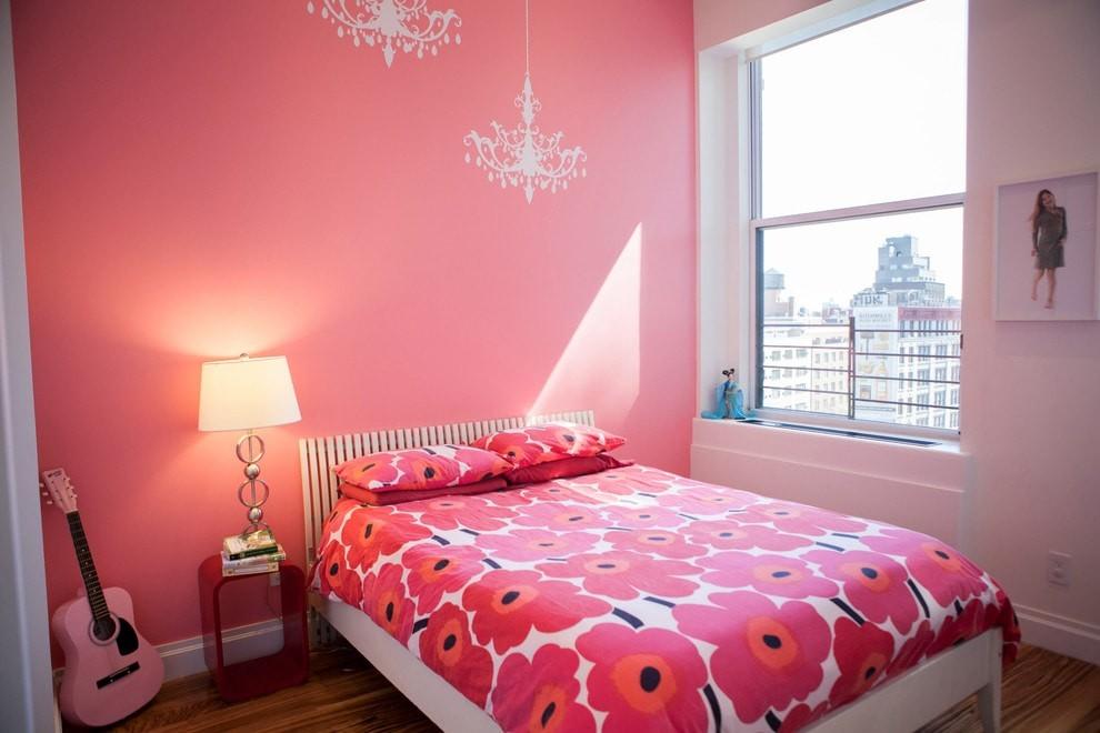 Розовые цветы на одеяле в детской комнате