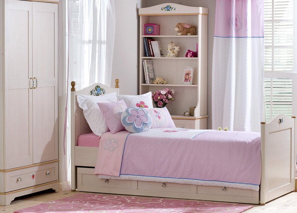Розовый коврик перед детской кроваткой