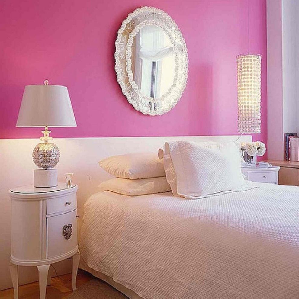 Бело-розовая стена за кроватью в спальне