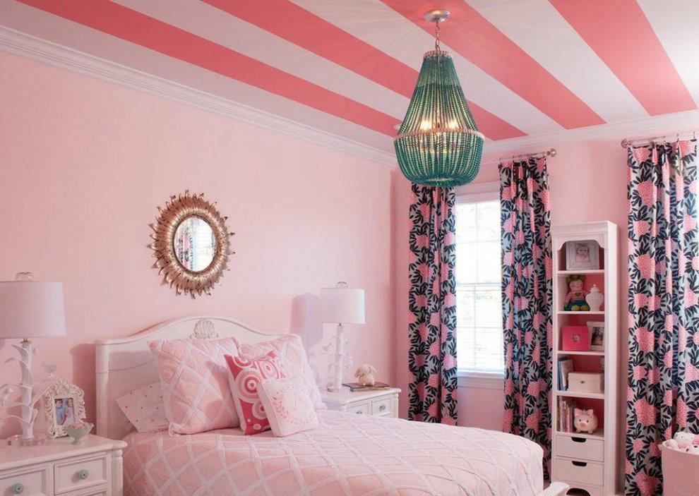 Розовые полосы на потолке детской для девочки