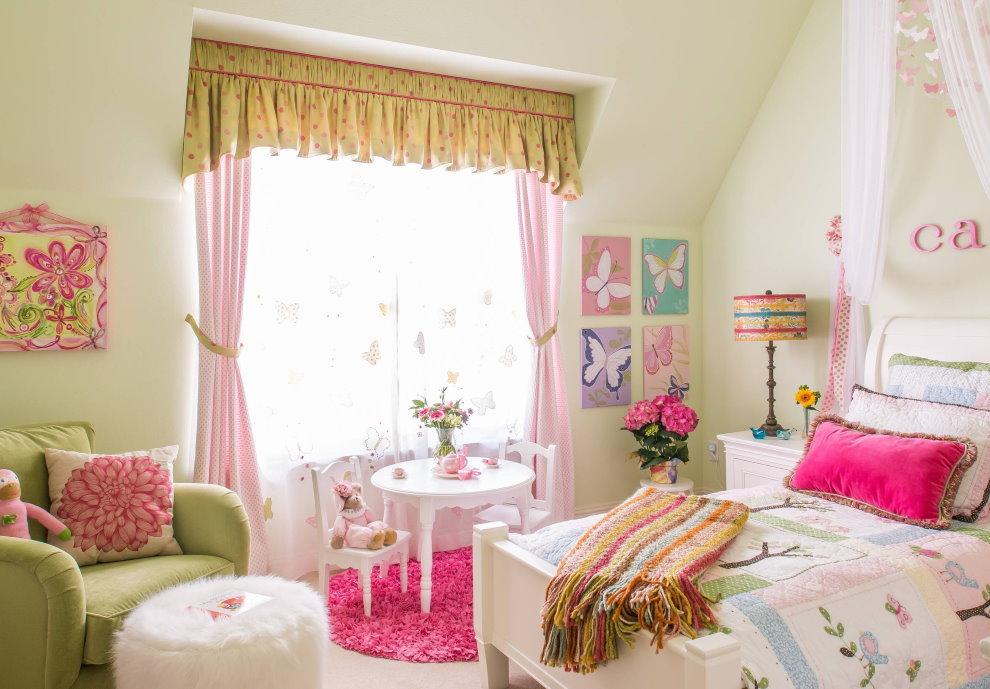 Розовые занавески на окне спальни для дочери