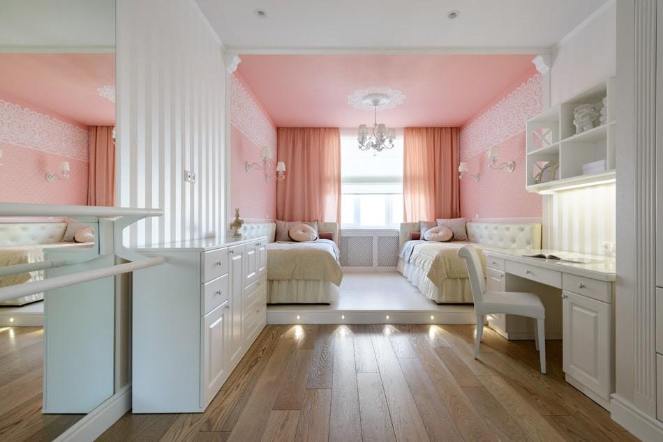 Розовые занавески на окнах детской комнаты