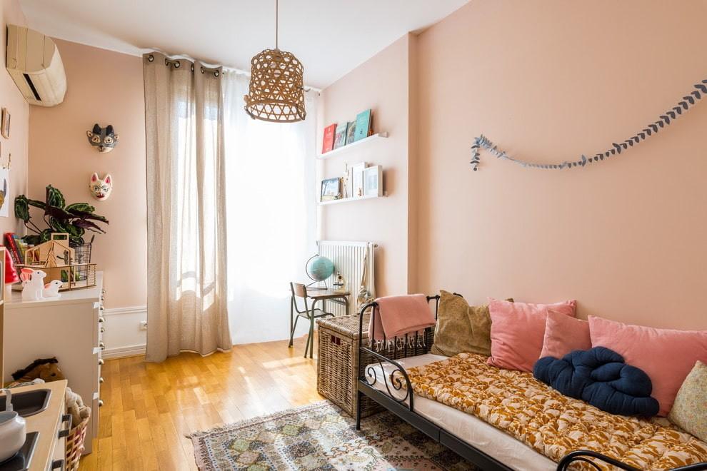 Розовые стены в комнате школьницы