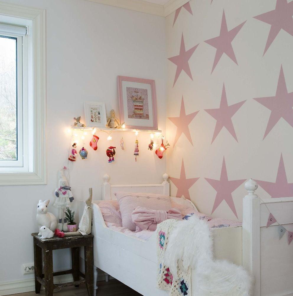 Розовые звезды на обоях в спальне девочки