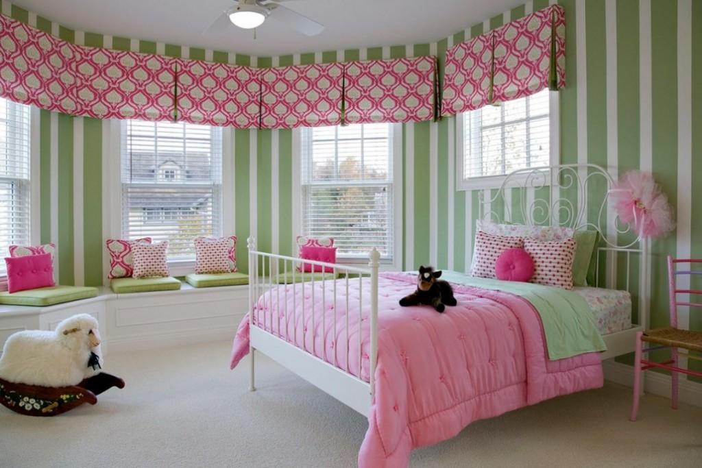 Розовые ламбрекены в комнате с зелеными стенами