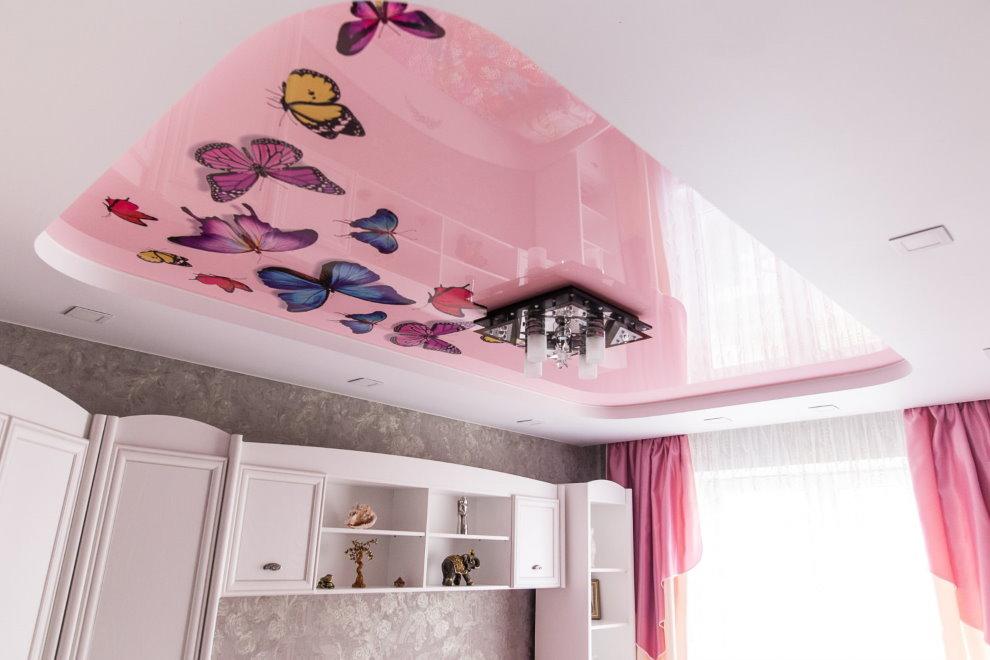 Розовый потолок с фотопечатью в детской комнате