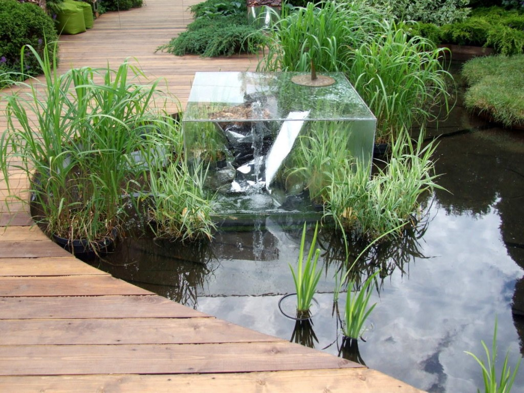 Небольшой искусственный водоем в стиле хай тек