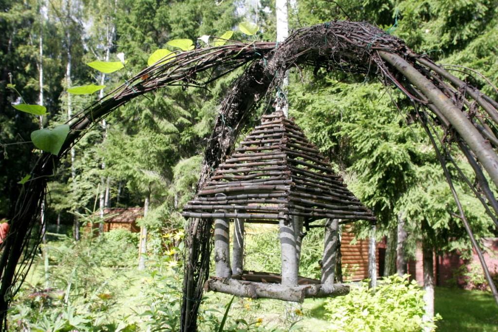 Кормушка для птиц в саду эко стиля