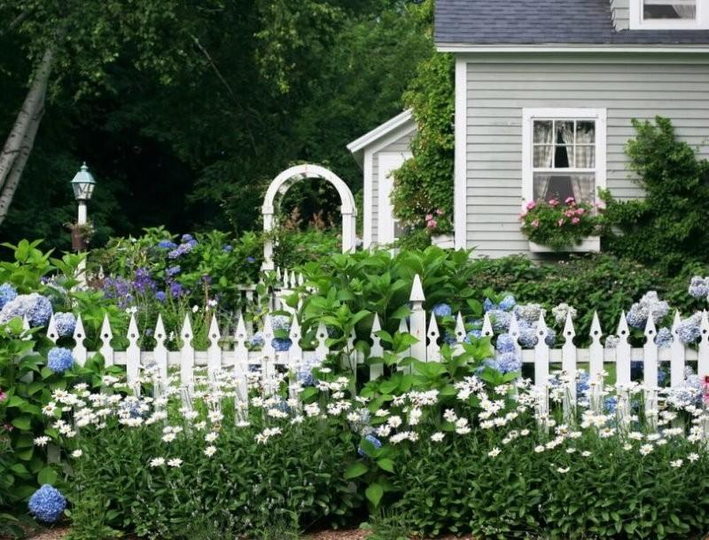 Белый забор в палисаднике дачи