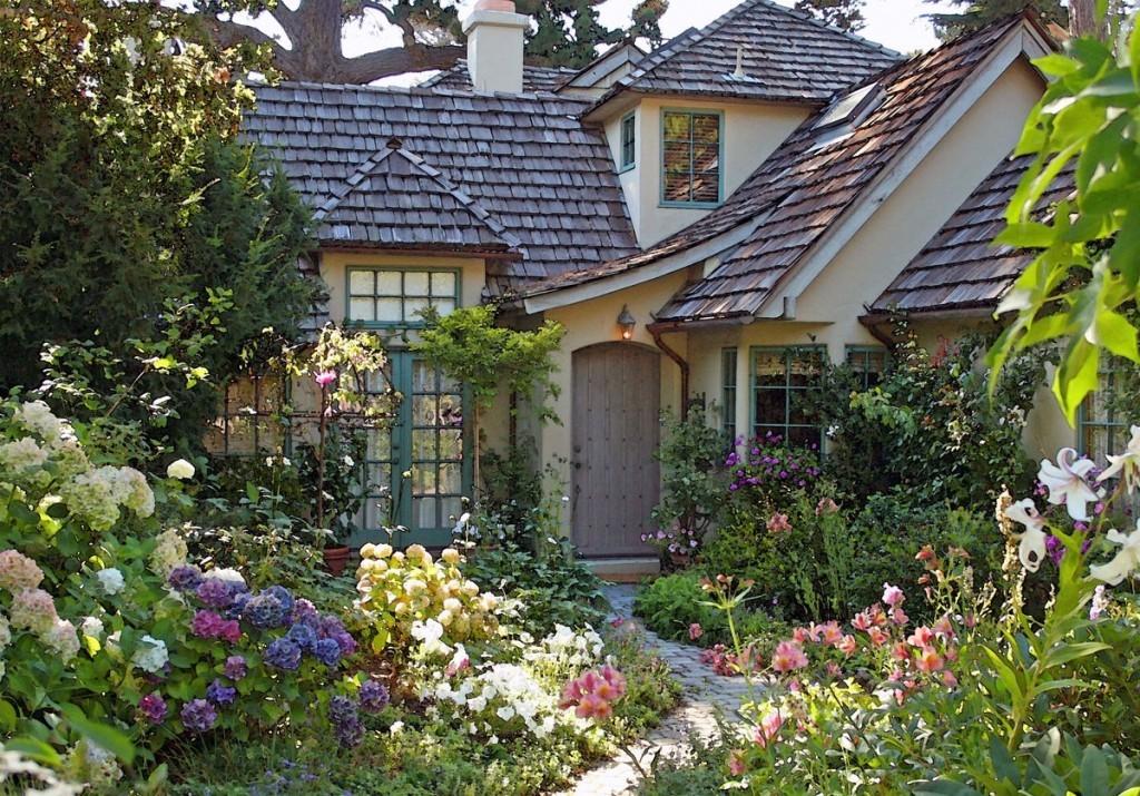 Небольшой домик на садовом участке в стиле прованса
