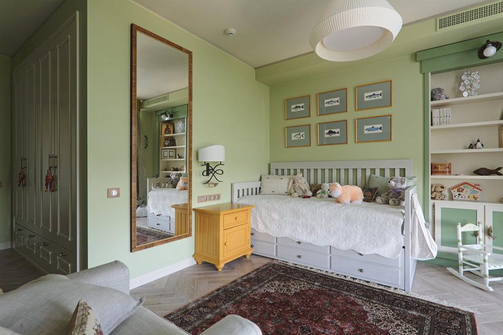Большое зеркало на салатовой стене детской комнаты