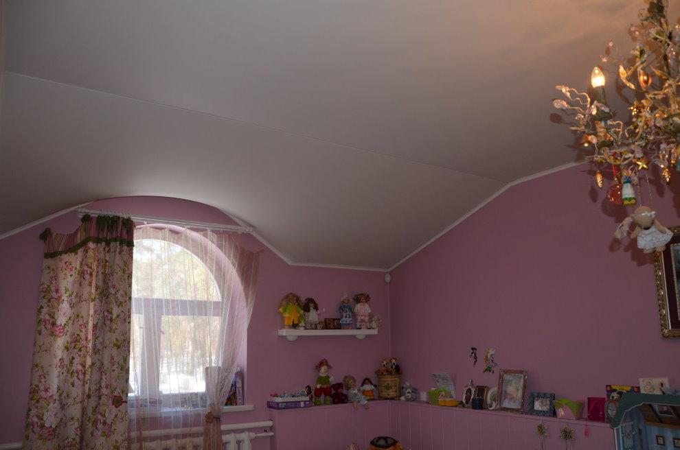 Белый потолок в мансардной комнате маленькой девочки