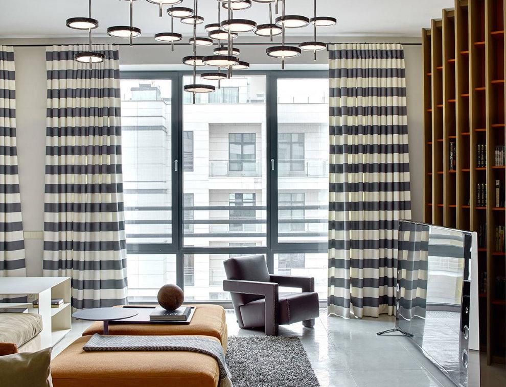 Полосатые шторы на большом окне гостиной