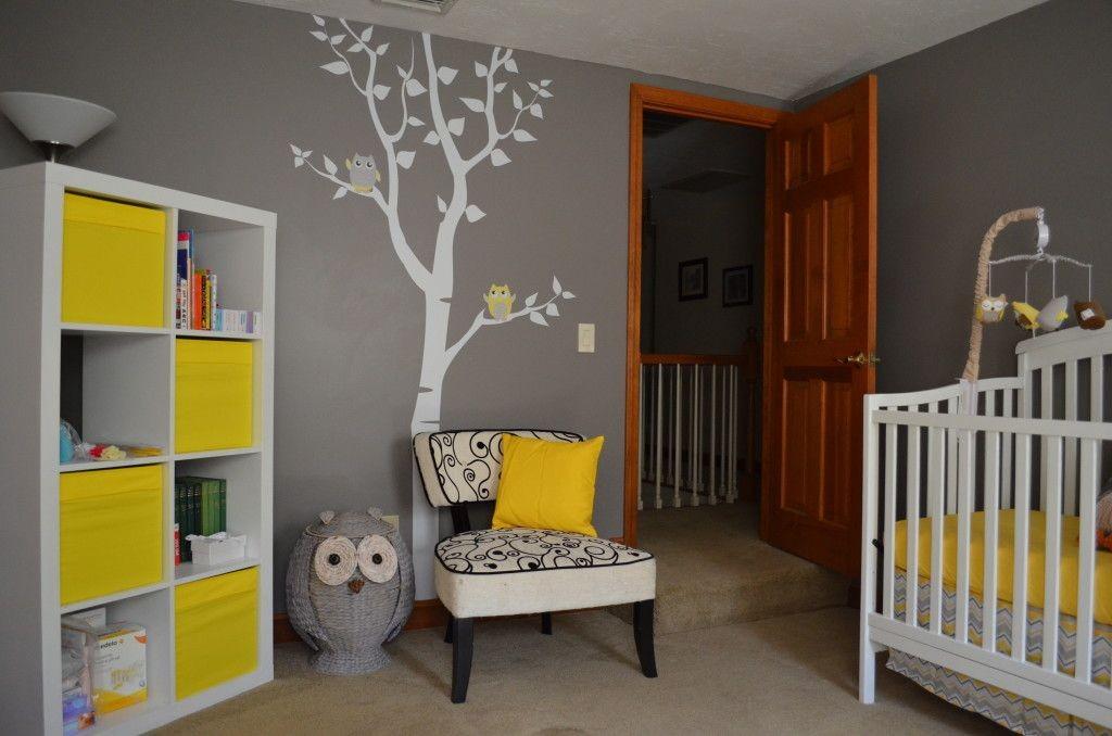 Бело-желтый шкаф в детской с серыми стенами