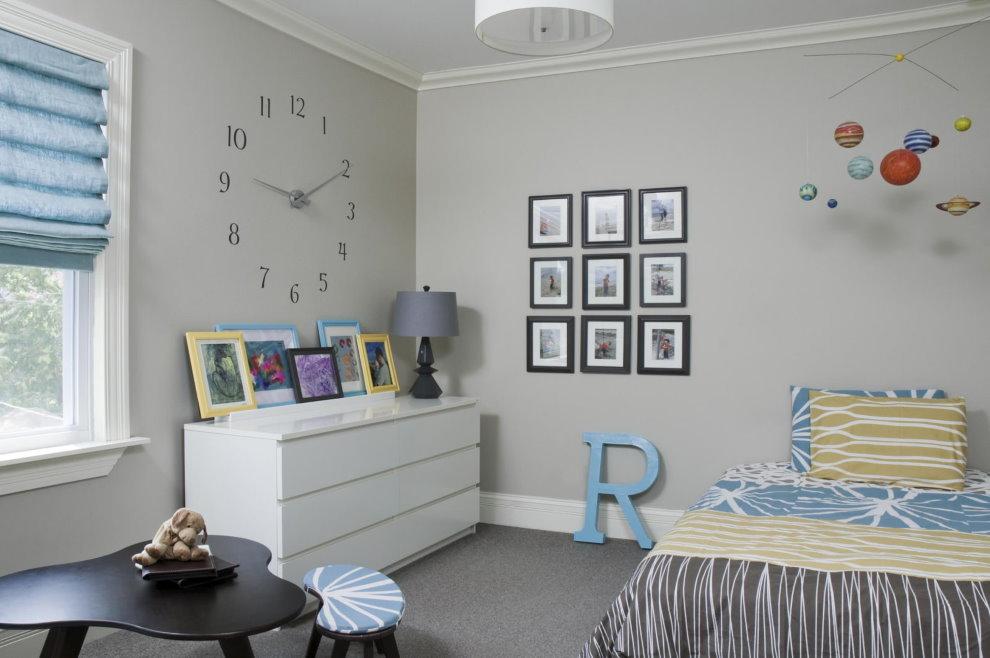 Детская комната среднего размера с серыми крашенными стенами