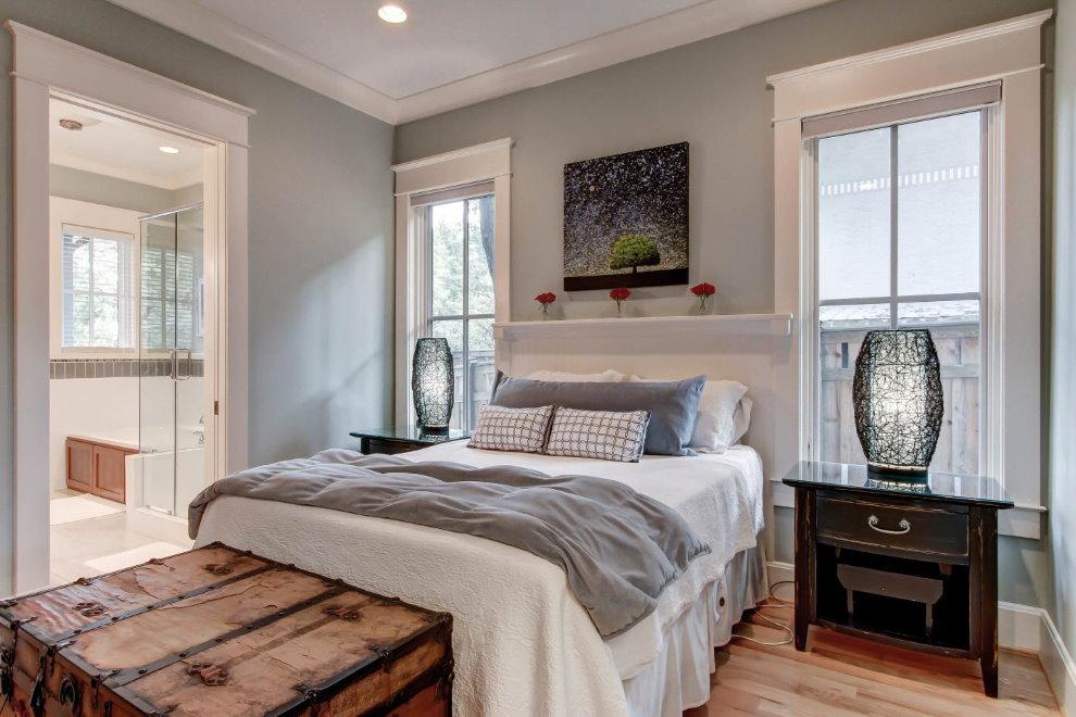 Деревянный пол в спальне с серыми стенами