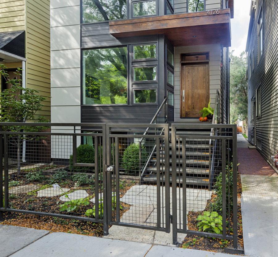 Металлический забор у парадного входа в жилой дом